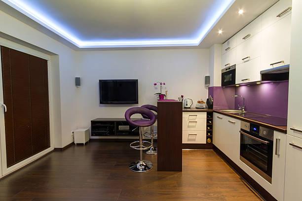 moderne wohnzimmer mit küche - küche lila stock-fotos und bilder