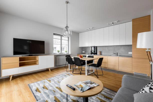 moderne wohnzimmer mit küche - dekoration rund um den fernseher stock-fotos und bilder