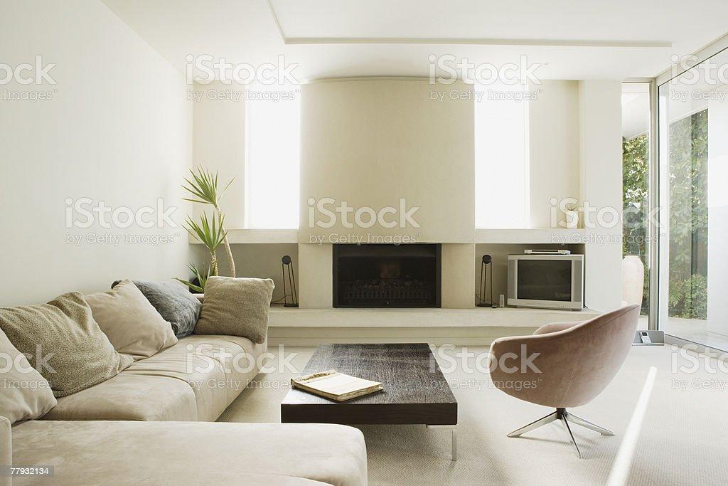 Moderne Wohnzimmer Mit Großen Kamin Lizenzfreies Stock Foto