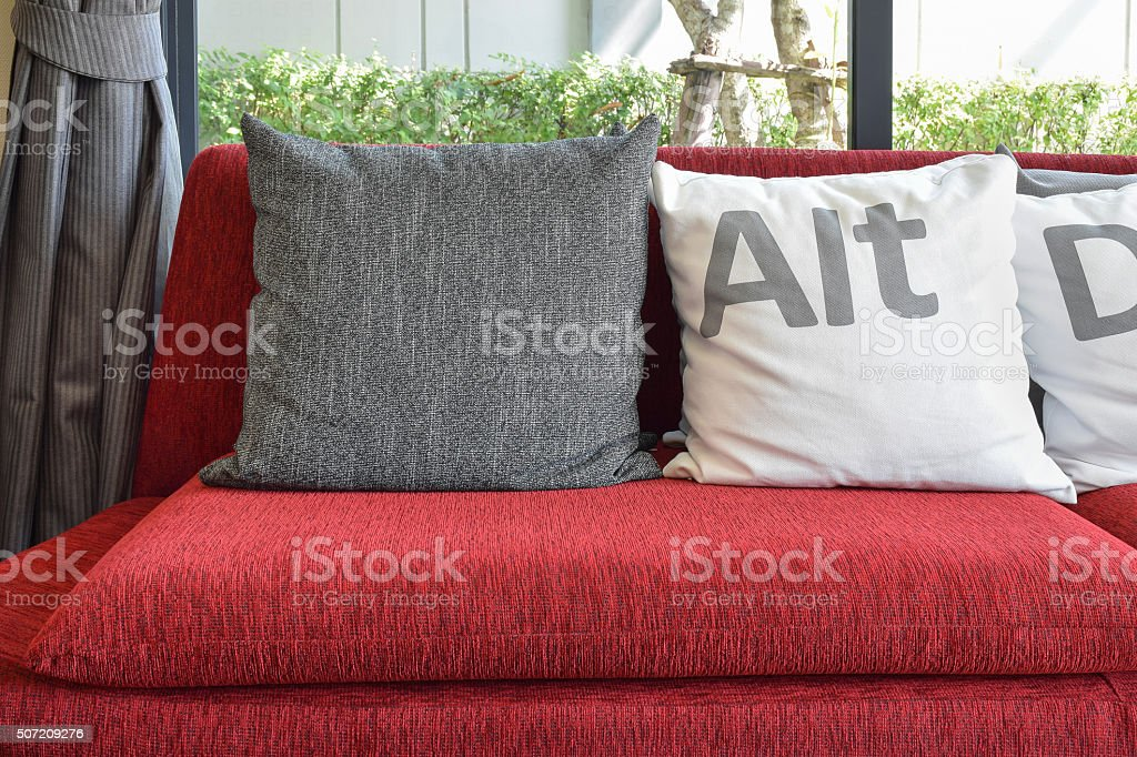 Divano Rosso Cuscini : Moderno soggiorno con cuscini sul divano rosso fotografie stock