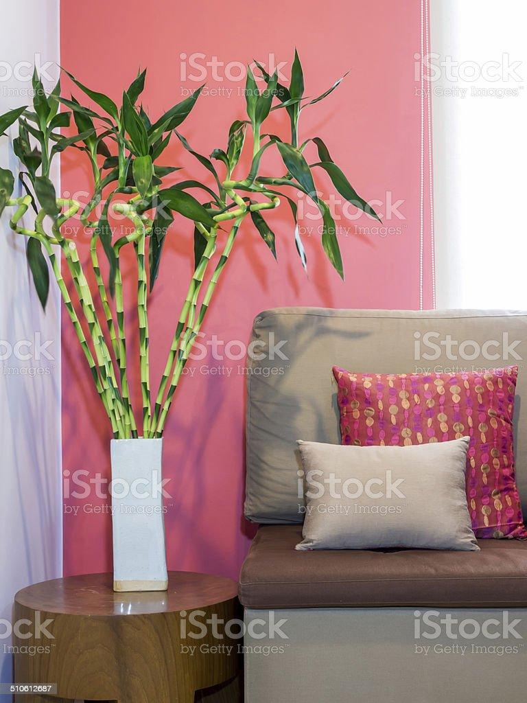 decoración de bambú en la sala de estar Moderna Sala De Estar Con Sof Y Un Florero De Bamb De La