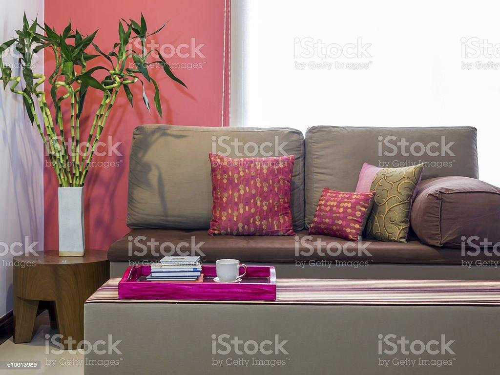 Moderne Wohnzimmer Mit Sofa Und Vase Von Glücksbambus Lizenzfreies  Stock Foto