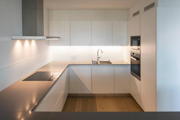 Modernes Wohnzimmer mit weißen Wänden, Parkett und Fenster – Foto