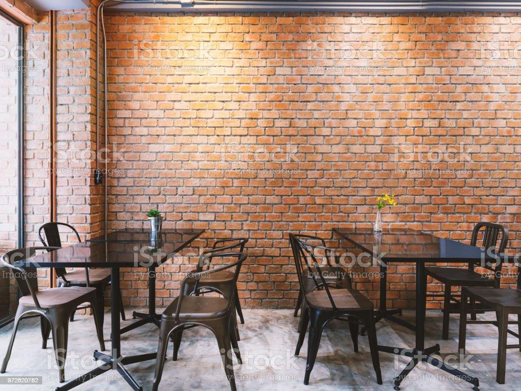 Café im stil der modernen loft mit schwarzen tisch set und ziegel