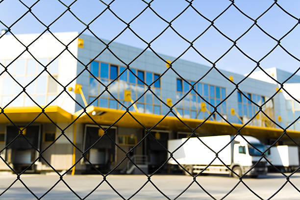 moderne logistik center - maschendrahtzaun preis stock-fotos und bilder