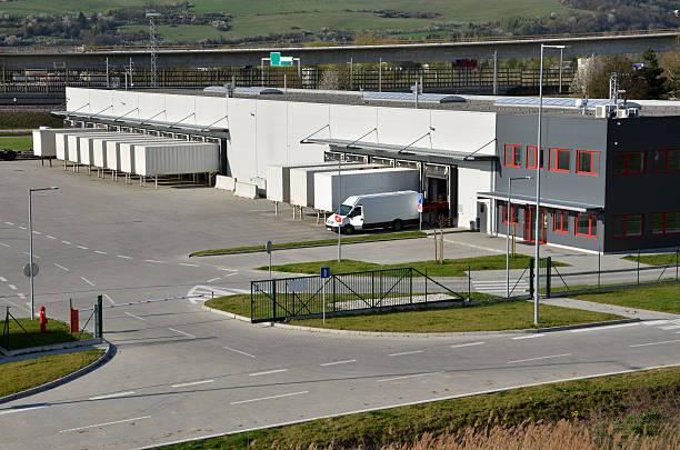 Moderno centro de logística, blanco van y remolques standingon rampa - foto de stock