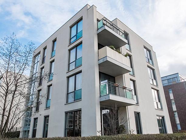 Taille basse moderne immeuble d'appartements avec balcons - Photo