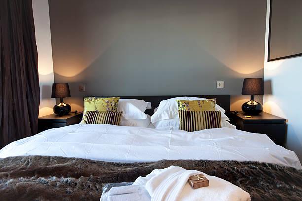 das moderne luxuriöse hotel, im ski chalet – schlafzimmer - lila, grün, schlafzimmer stock-fotos und bilder