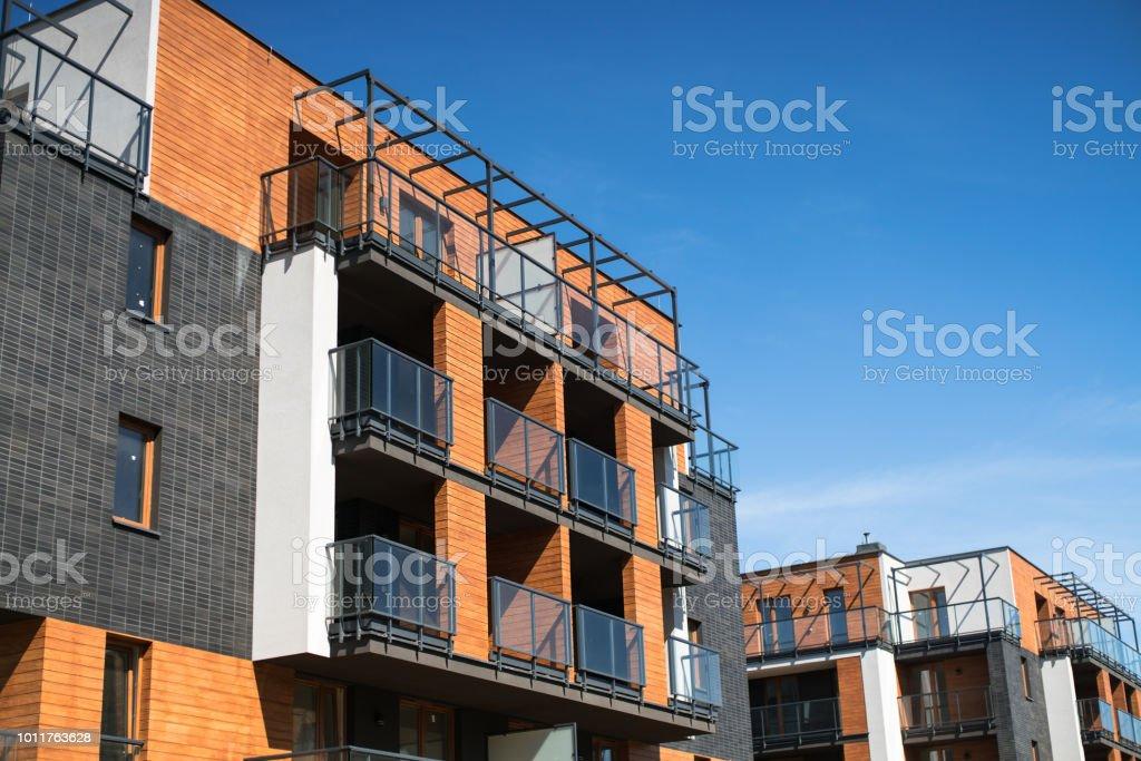 Moderno, prédio de apartamentos de luxo com varandas de vidro. - foto de acervo