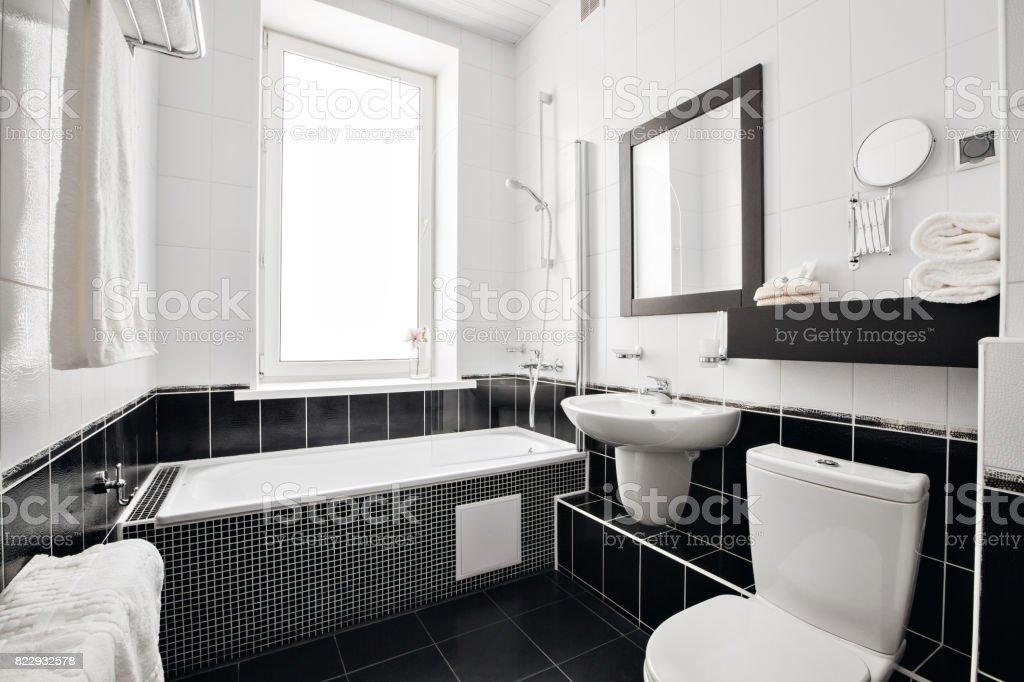 Moderne Luxusbadezimmer Mit Badewanne Und Fenster Interior Design ...