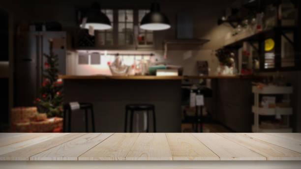 moderne luxusküche schwarz goldener ton mit holz tischplatte platz - gourmet küche stock-fotos und bilder