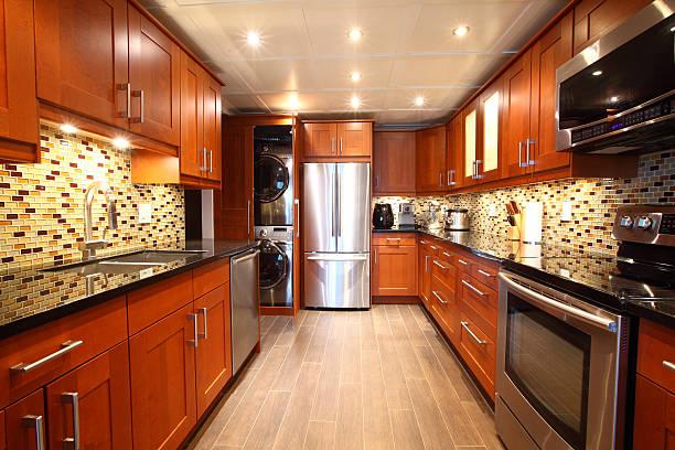 moderne luxus-küche und eingebaute waschmaschine und trockner. - küche neu gestalten ideen stock-fotos und bilder