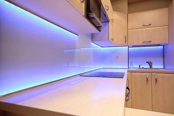 moderne luxus küche mit led-beleuchtung - küche deko lila stock-fotos und bilder