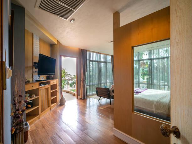 Modernes Luxuszimmer schmückt sich mit braunem Holz mit Terrasse. – Foto