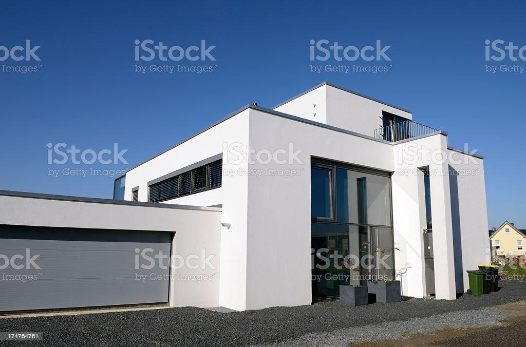 Nowoczesne Luksusowe Biały Dom Z Duży Garaż Stockowe Zdjęcia I