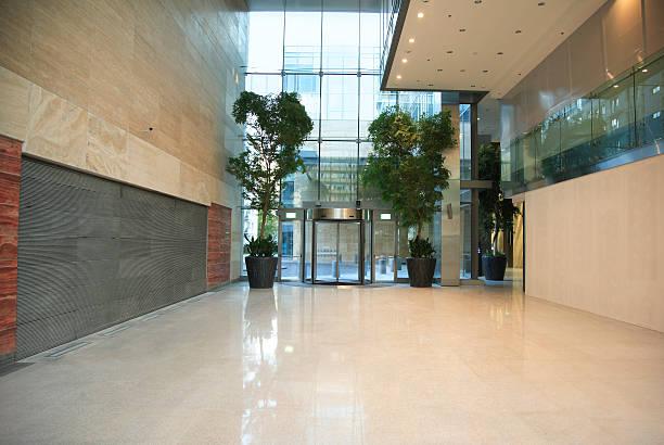 moderne eingangsbereich aus marmor in office building - eingangshalle wohngebäude innenansicht stock-fotos und bilder
