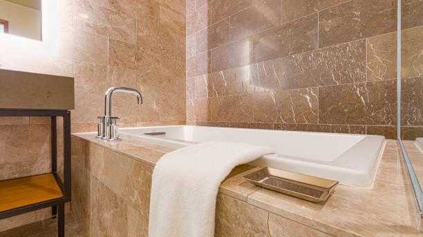 Moderne geflieste Badezimmer aus Marmor – Foto