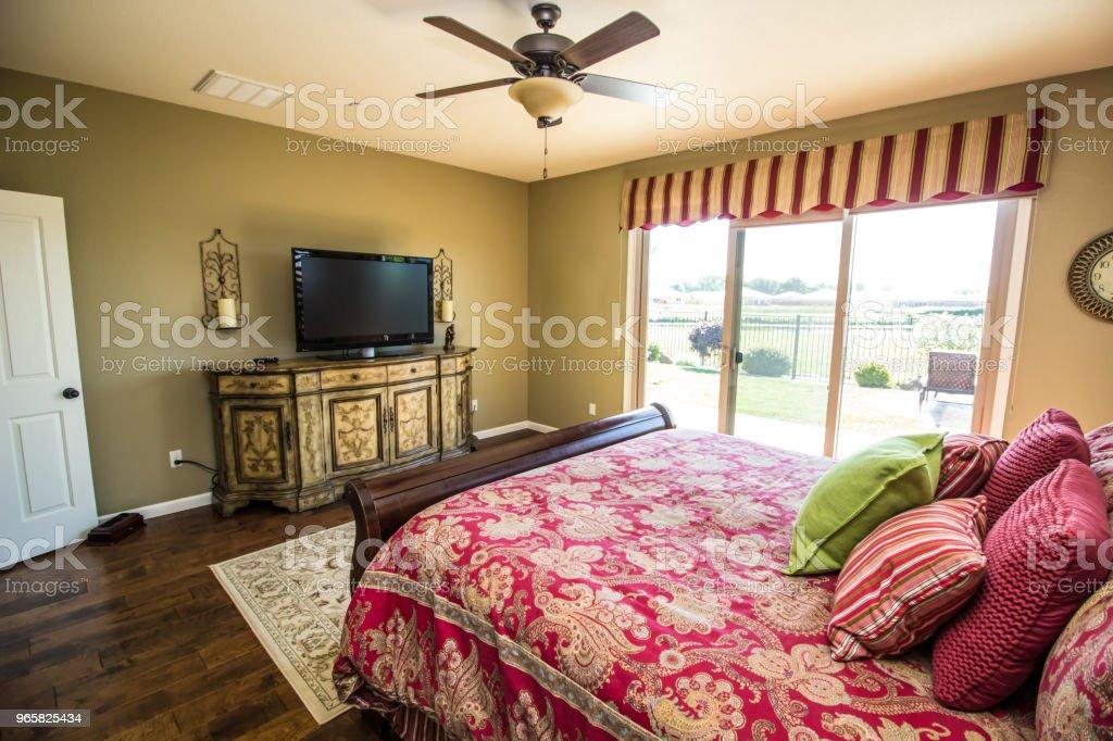 Moderne hoofdslaapkamer met dressoir - Royalty-free Afgelegen Stockfoto