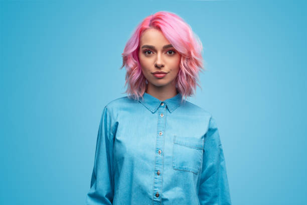 modern millennial woman with pink hair - portrait imagens e fotografias de stock