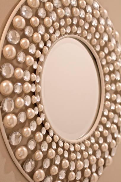 moderne spiegel - glitter farbige wände stock-fotos und bilder
