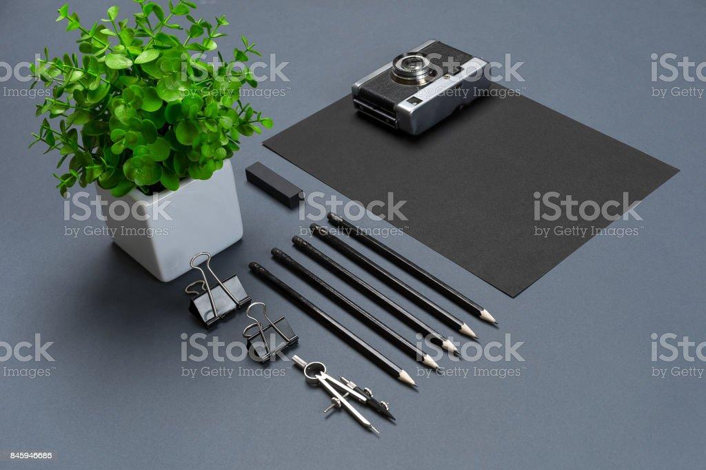 Moderna simulação acima na cama plana da folha de papel em branco preto e artigos de papelaria em fundo cinza - foto de acervo