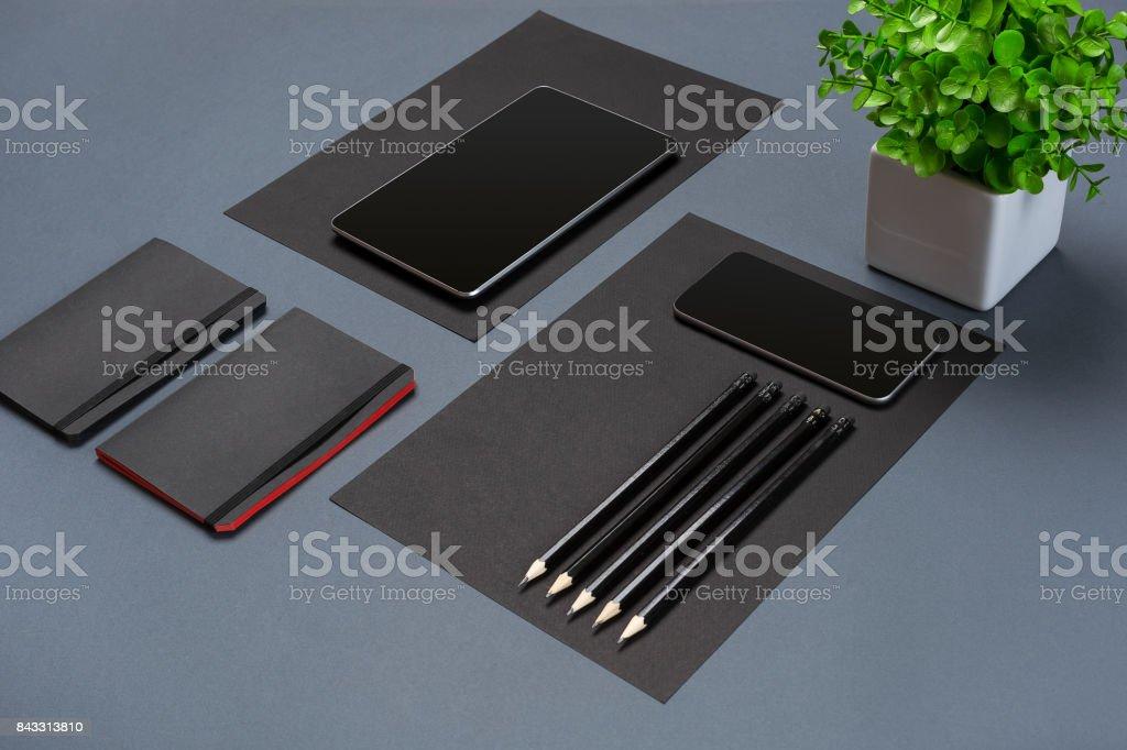 Moderna simulação acima na cama plana de caderno e artigos de papelaria em fundo cinza - foto de acervo