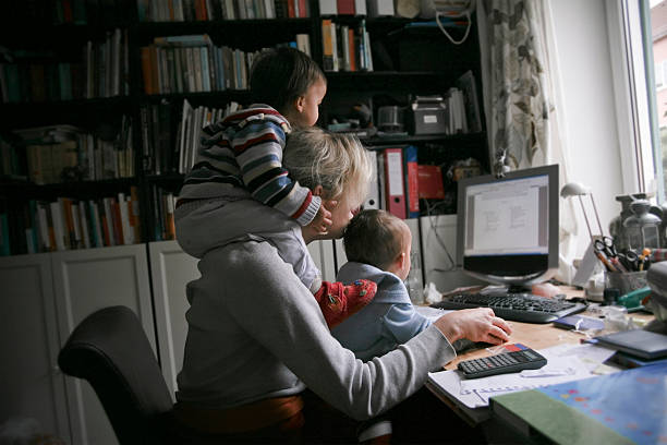 mère moderne - femmes actives photos et images de collection