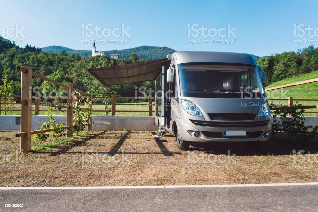 Modernes Reisemobil in Campingplatz – Foto