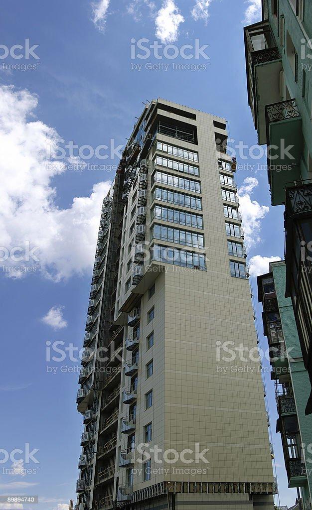 Moderno edificio de apartamentos en construcción foto de stock libre de derechos