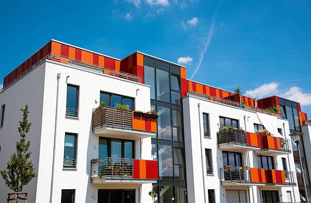 modern multi-family house in berlin - fensterfront stock-fotos und bilder