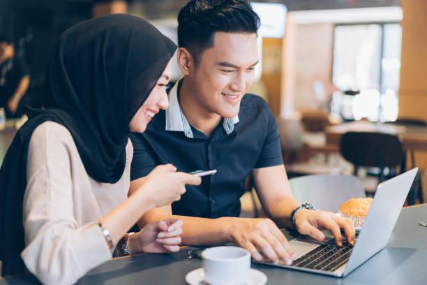 couple musulman moderne au café - mariage musulman photos et images de collection