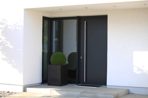 Moderne neue anthrazitgraue Haustür – Foto