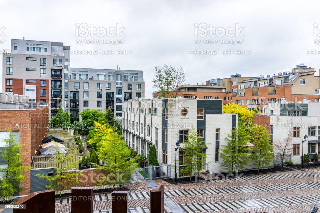Condomínios de apartamento novo moderno na cidade na região de Quebec durante o dia molhado nublado chuvoso - foto de acervo
