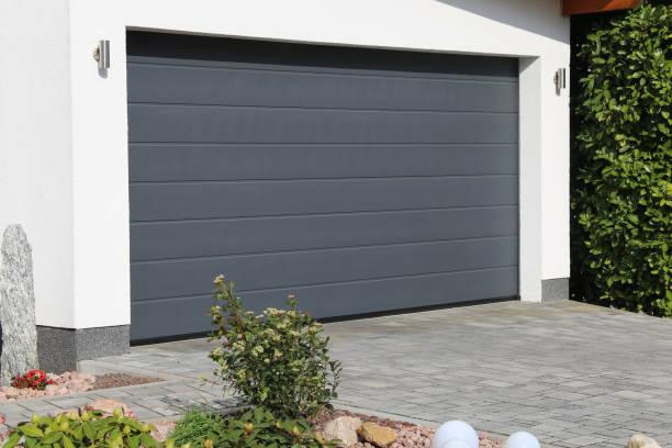 porta nova moderna da garagem (porta secional) - garage - fotografias e filmes do acervo