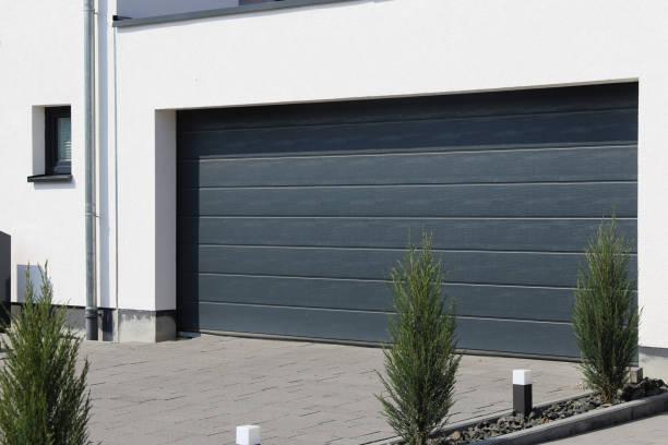 Moderne neue Garagentür (Sektionaltür) – Foto