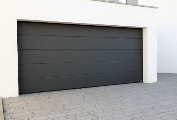 moderne neue garagentor - garagentor mit tür stock-fotos und bilder