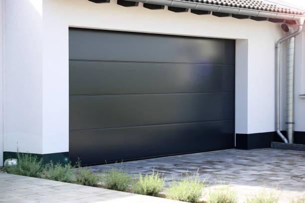 moderne neue garagentor (sektionaltor) - carport stock-fotos und bilder