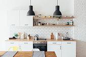 白い家具、ダイニング テーブル付きのキッチンのモダンな新しい光のインテリア。