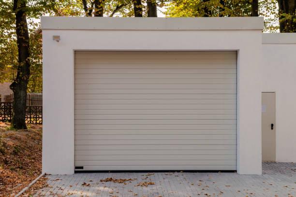 moderne neue weiße garage mit rolltor - garagentor mit tür stock-fotos und bilder