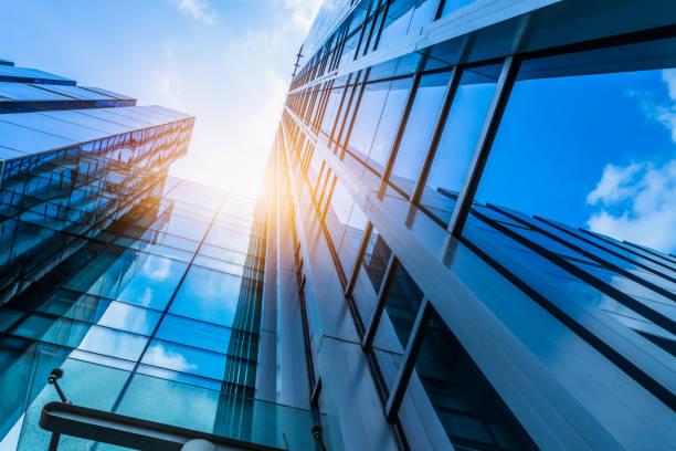 prédio moderno contra o céu azul - arranha céu - fotografias e filmes do acervo