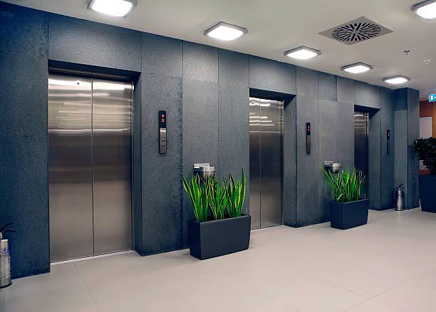 moderno edificio per uffici e ascensori - ascensore foto e immagini stock