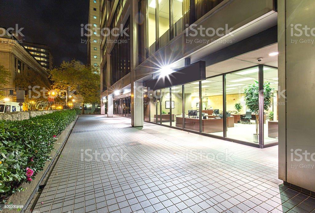 Immeuble de bureaux modernes et de trottoir vide briques de nuit - Photo