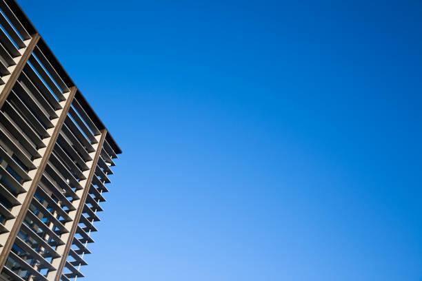 modern office building architecture united kingdom against blue sky - com portada imagens e fotografias de stock
