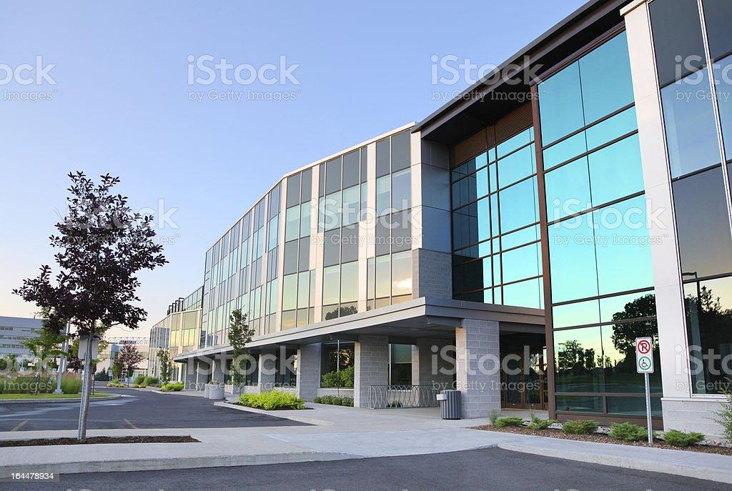 Fotograf a de oficina moderna fachada de edificio y m s for Fachadas modernas para oficinas
