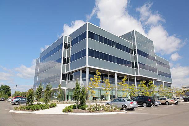 ufficio moderno edificio esterno - edificio adibito a uffici foto e immagini stock