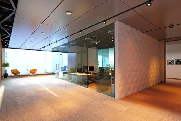 moderne büroeinrichtung gebäude. - raumteiler weiß stock-fotos und bilder
