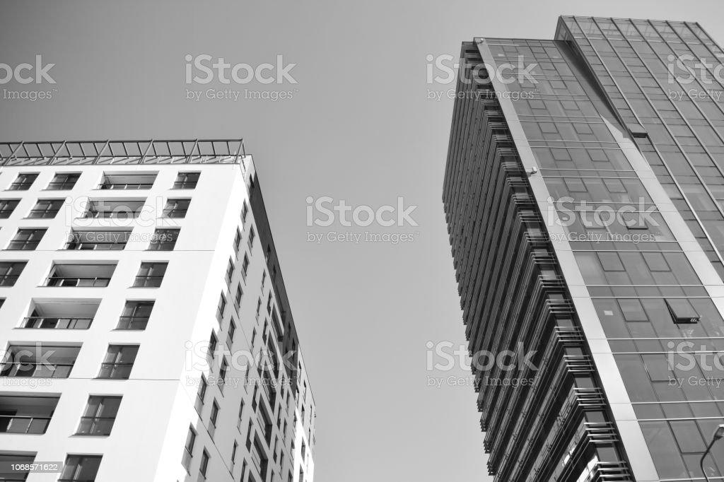 Edifício de escritório moderno parede feita de aço e vidro. Preto e branco. - foto de acervo
