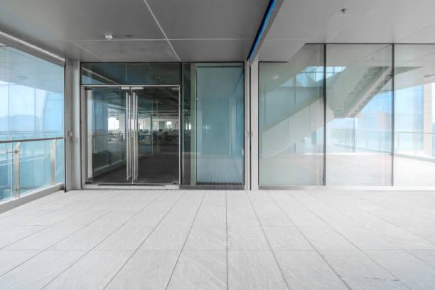 Ein modernes Bürogebäude mit Glastüren und Fenstern – Foto