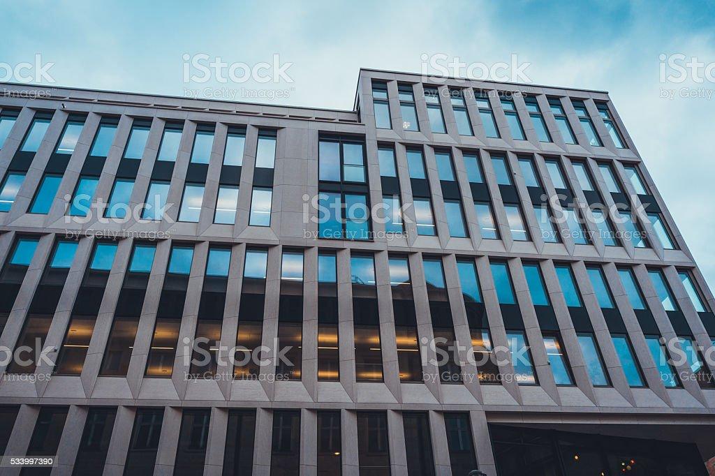 Immeuble de bureaux moderne avec fenêtres étroite u2013 photos et plus d