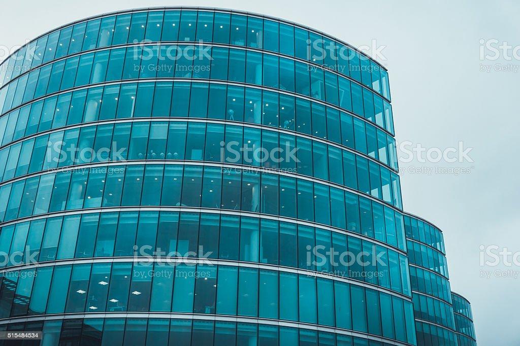 Immeuble de bureaux moderne avec partie de la façade de verre